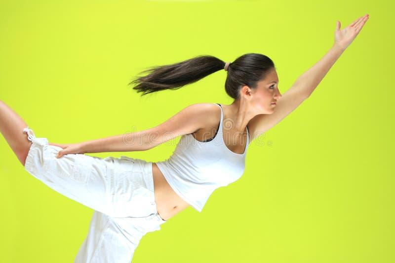 执行exericise女性瑜伽yogatic年轻人 免版税图库摄影