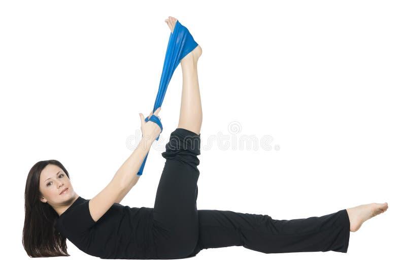执行pilates的健身女孩 免版税库存图片