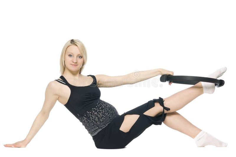 执行pilates的白肤金发的孕妇 免版税库存照片