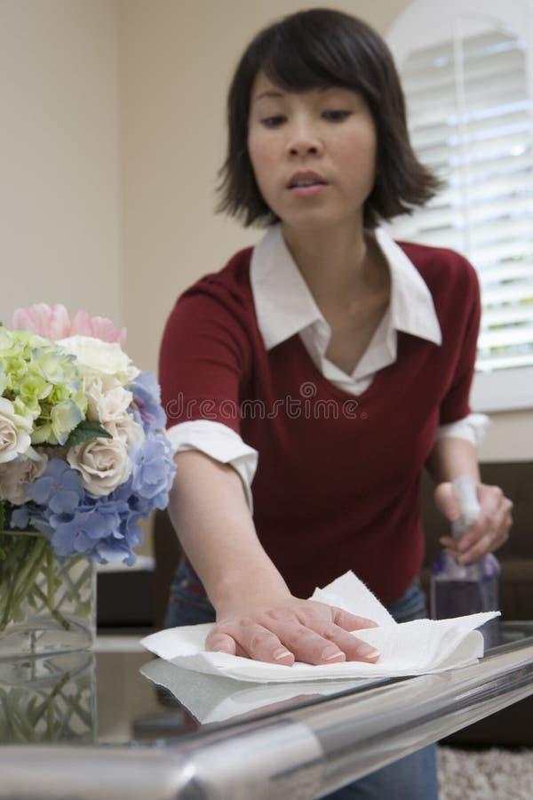 扫与餐巾的妇女 免版税库存图片