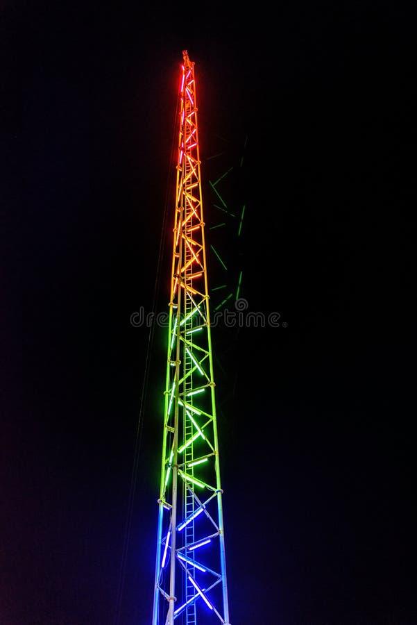 扭转橡皮筋集市场所乘驾塔的夜视图 库存图片