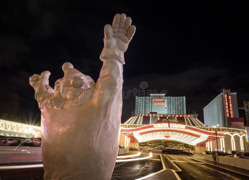 扮小丑在马戏马戏旅馆和赌博娱乐场入口在晚上-拉斯维加斯,内华达,美国 库存照片