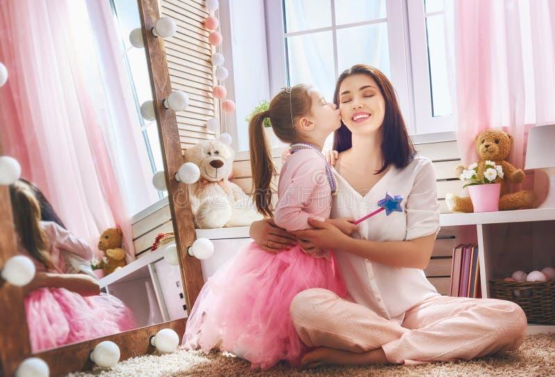 扮演公主的妈妈和女儿 库存照片