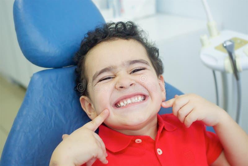 扮演牙医在牙齿办公室 免版税库存照片