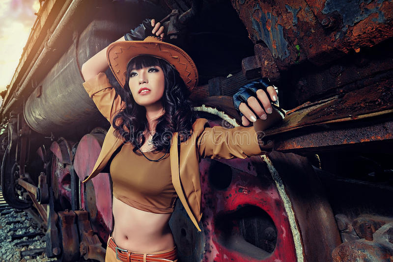 扮演牛仔的一个性感的女孩 免版税库存照片