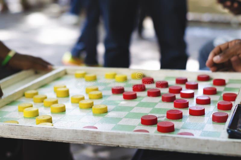扮演街道的人中国跳棋 库存图片