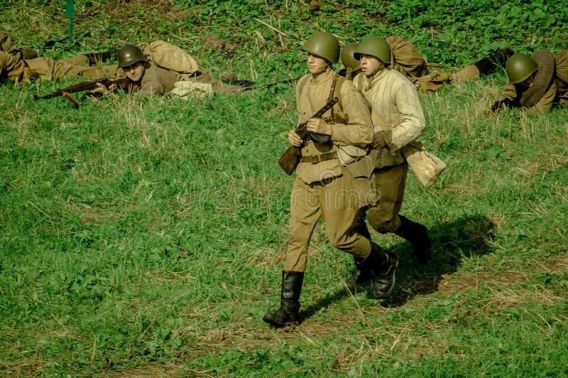 扮演- 1941年世界大战争斗的重建2在俄罗斯的卡卢加州地区 库存图片