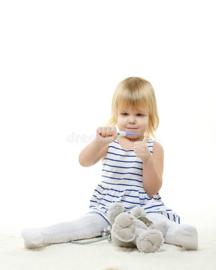 扮演医生的小孩子。 图库摄影