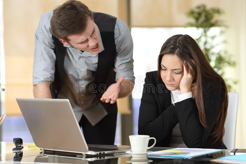 扰乱在实习生的商人在办公室 库存图片