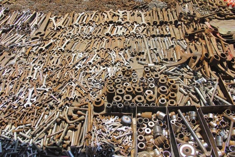 扳手和农业工具的不同的类型待售,老材料市场或者juna义卖市场 库存图片