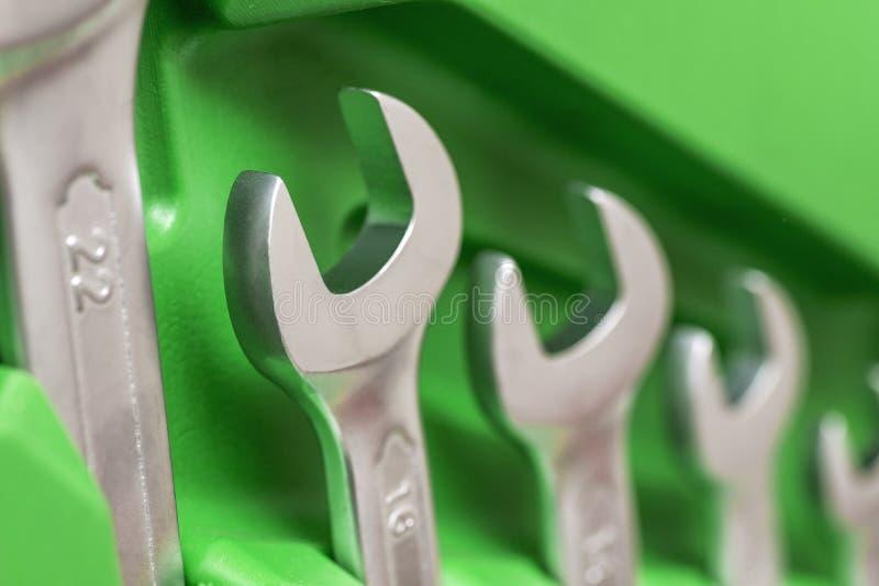 扳手成套工具在绿色箱子的发光的金属扳手 Wrenchs 运转的板钳 套金属板钳 查出的维修服务用工具加工白色 库存图片