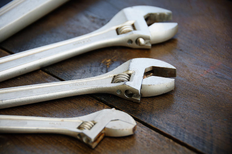 扳手或可调扳手在木后面地面,基本的手工具 库存图片