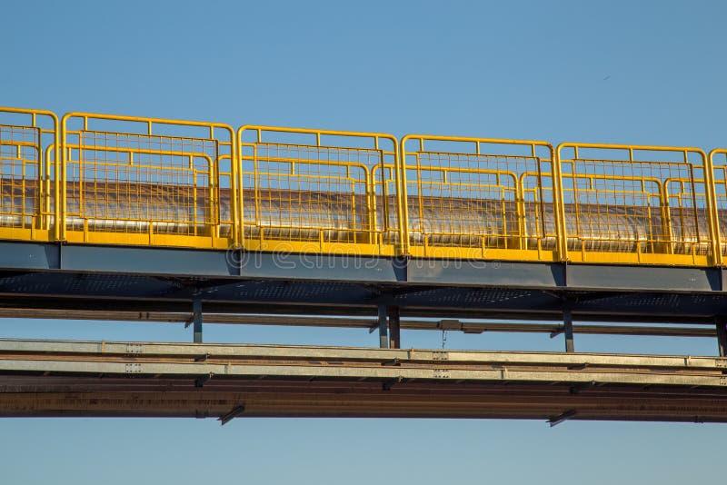 扶手栏杆工业黄色篱芭 库存图片