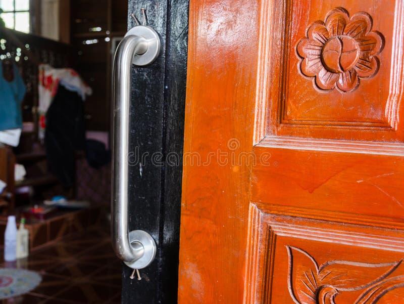 扶手栏杆被设定对卫生间门 免版税图库摄影