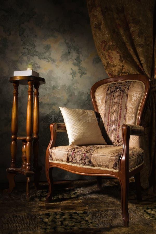 扶手椅子内部豪华葡萄酒 免版税库存照片