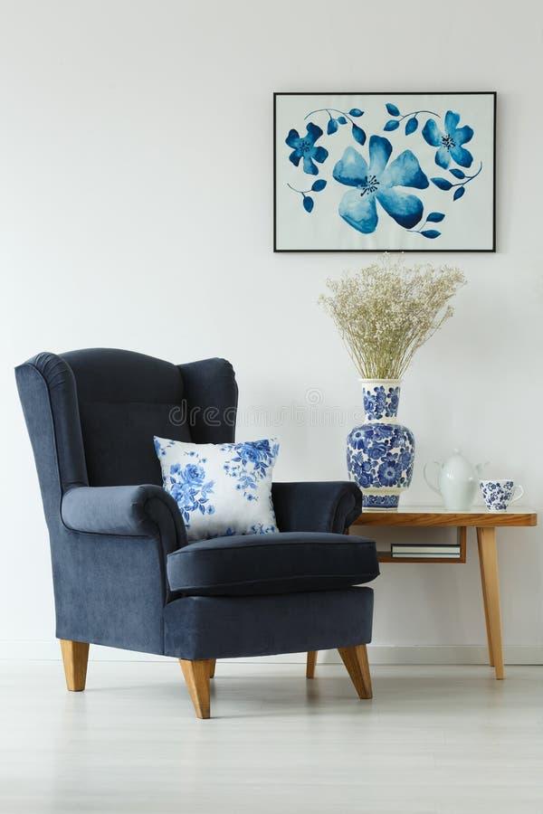 扶手椅子和咖啡桌 库存照片