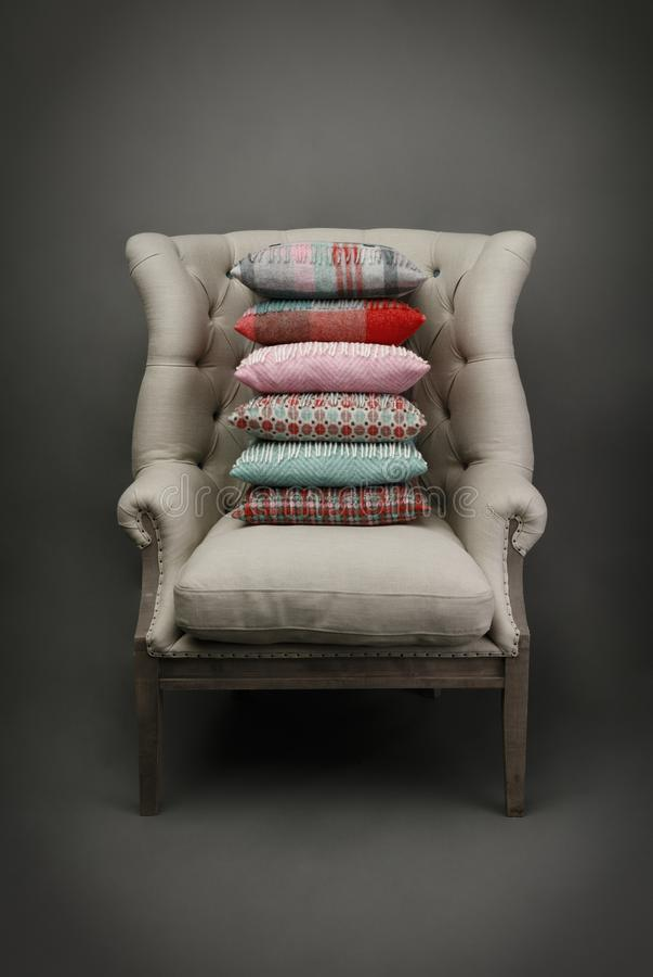 扶手椅子和坐垫在灰色背景 库存图片