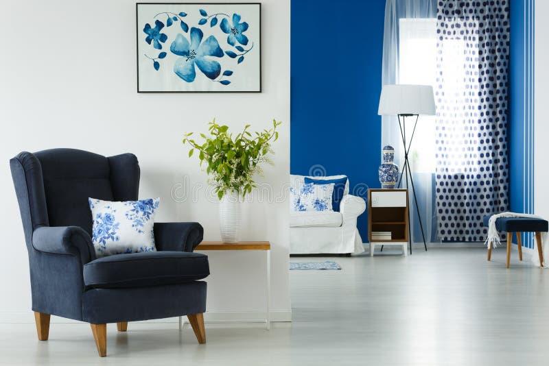 扶手椅子和花瓶在客厅 库存照片