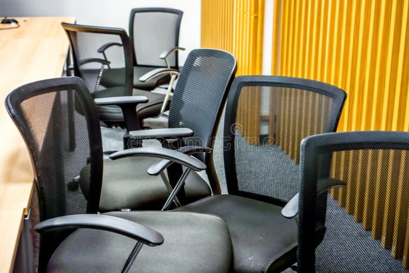 黑扶手椅子在会议室 免版税库存图片