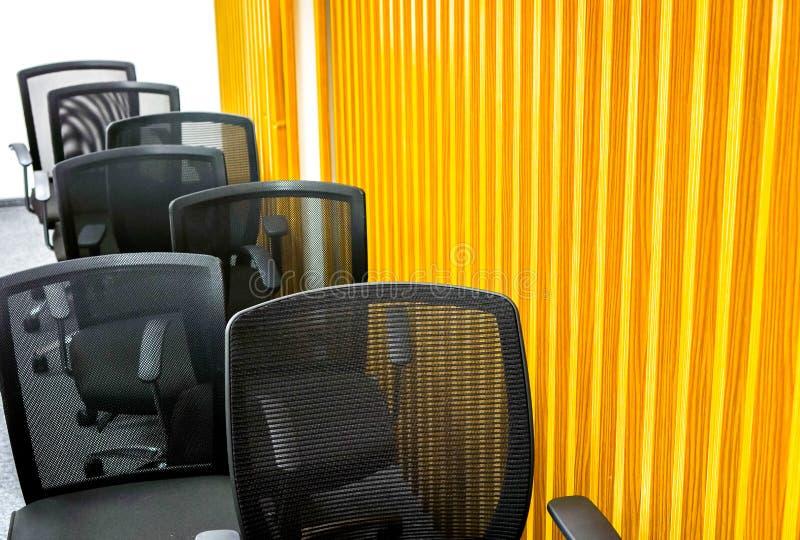 黑扶手椅子在会议室 库存照片