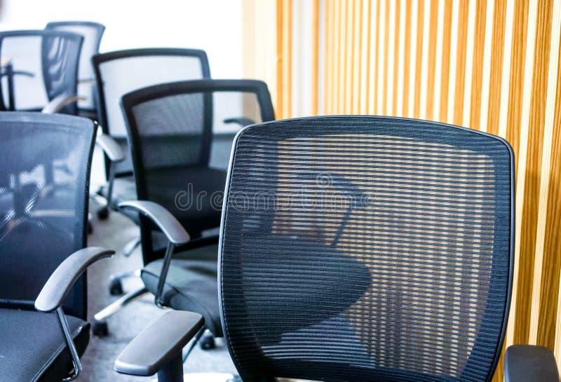 黑扶手椅子在会议室 库存图片