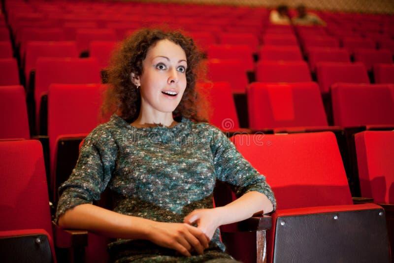 扶手椅子戏院坐的妇女 库存图片
