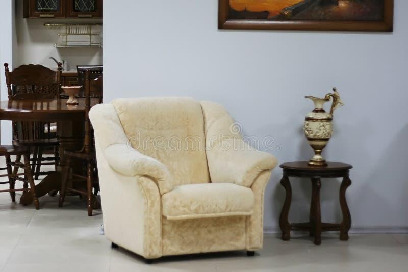 扶手椅子水罐小的表 免版税库存照片
