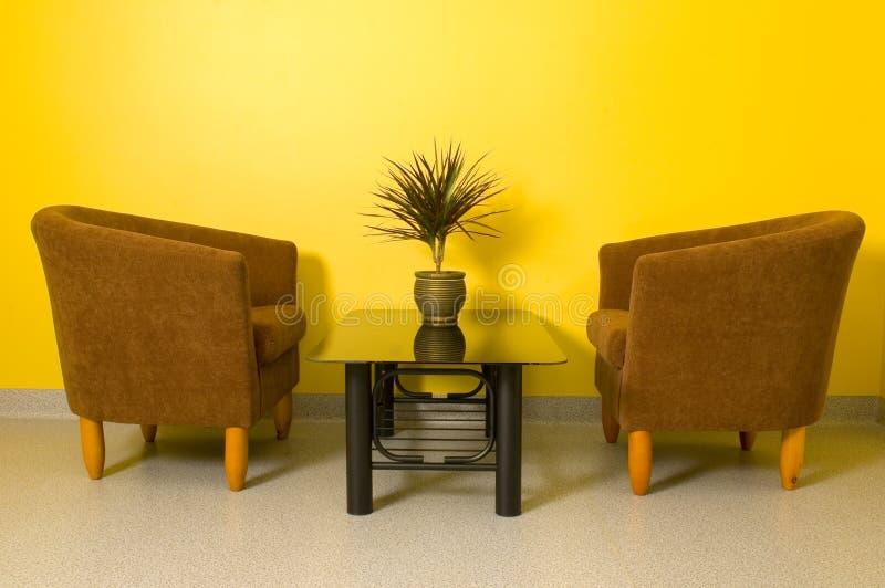 扶手椅子玻璃表 免版税库存照片
