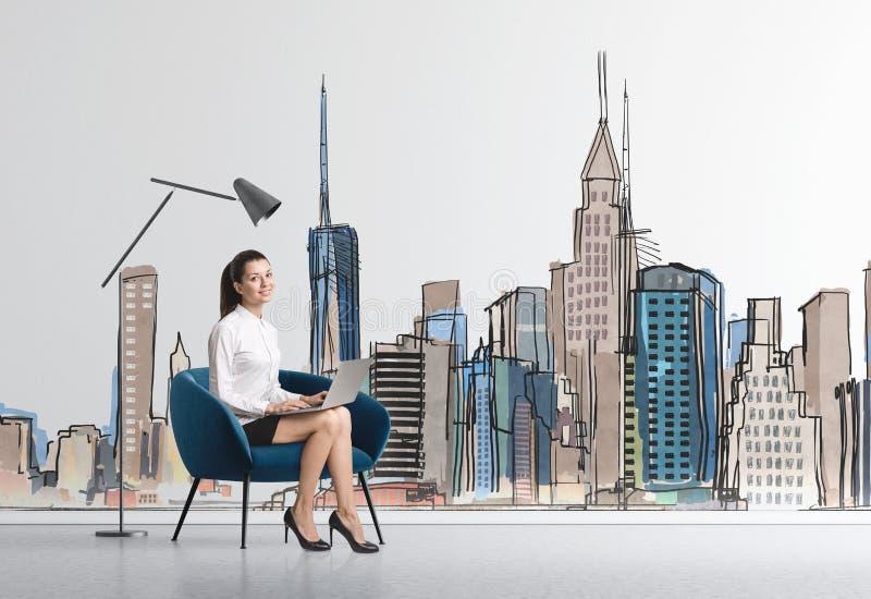 扶手椅子的,城市女实业家 库存图片