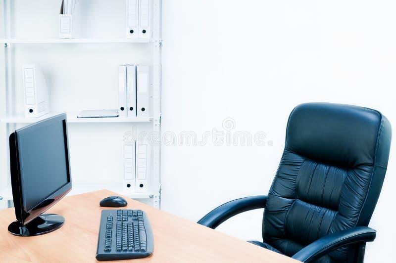 扶手椅子表 免版税库存照片