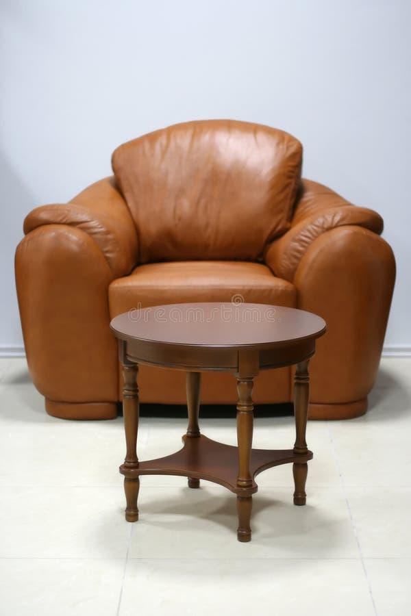 扶手椅子表 免版税图库摄影