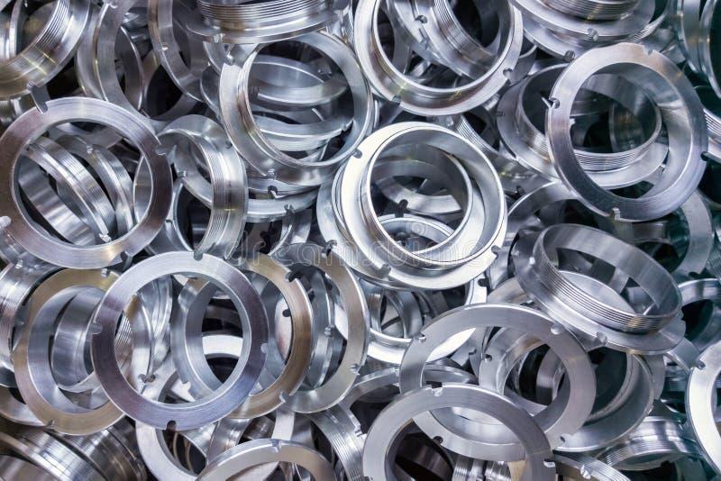 批与选择聚焦的加工的发光的铝部分 免版税库存照片