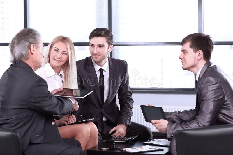 批准与握手的商务伙伴交易 库存图片