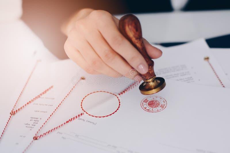 批准文件的公证人 免版税库存图片