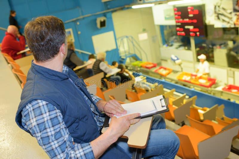 批发商在鱼市上 免版税库存图片