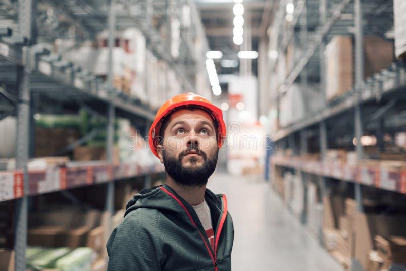 批发,后勤,人和出口概念-经理或监督员有片剂的在仓库 图库摄影