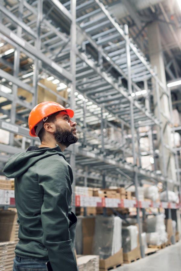 批发,后勤,人和出口概念-经理或监督员有片剂的在仓库 免版税库存照片