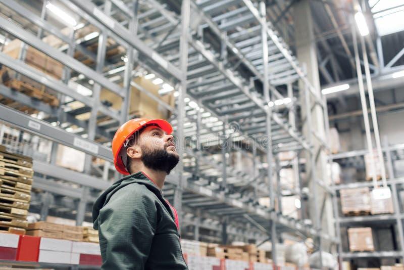 批发,后勤,人和出口概念-经理或监督员有片剂的在仓库 库存照片