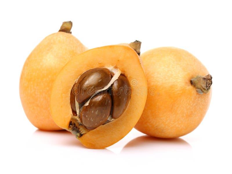 批杷枸杞果子充分的身体的安排和隔绝一半在白色背景 免版税库存照片