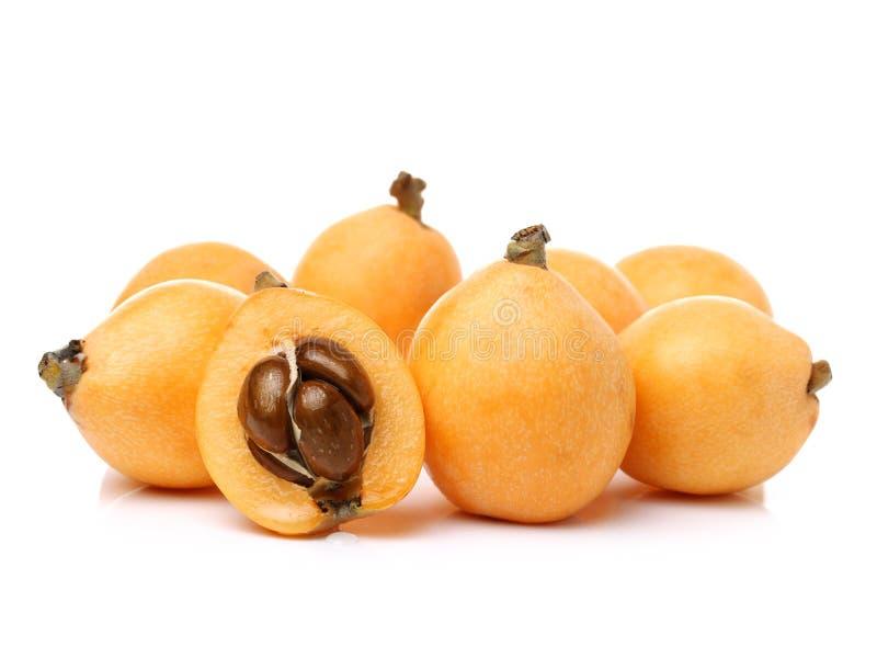 批杷枸杞果子充分的身体的安排和隔绝一半在白色背景 图库摄影