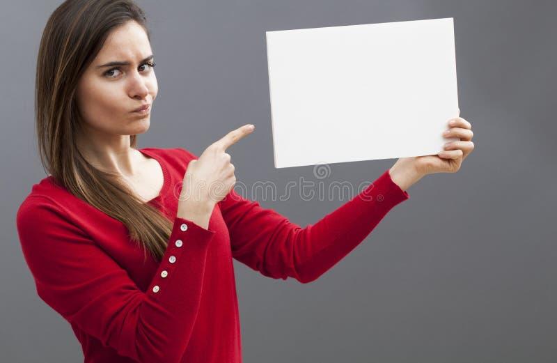 批评公告的要求的20s妇女宣布在她的白板 库存照片