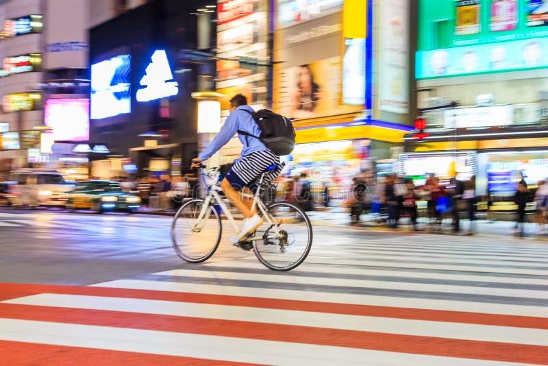 批评未认出的人骑马自行车的摄影夜在涩谷广场 那个wor 库存图片