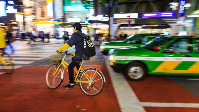 批评未认出的人骑马自行车的摄影夜在涩谷广场 那个wor 免版税图库摄影
