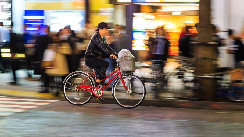 批评未认出的人骑马自行车的摄影夜在涩谷广场 那个wor 库存照片