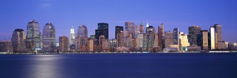 找出世界贸易塔帝国大厦和更低的曼哈顿地平线, NY的全景日落视图  图库摄影