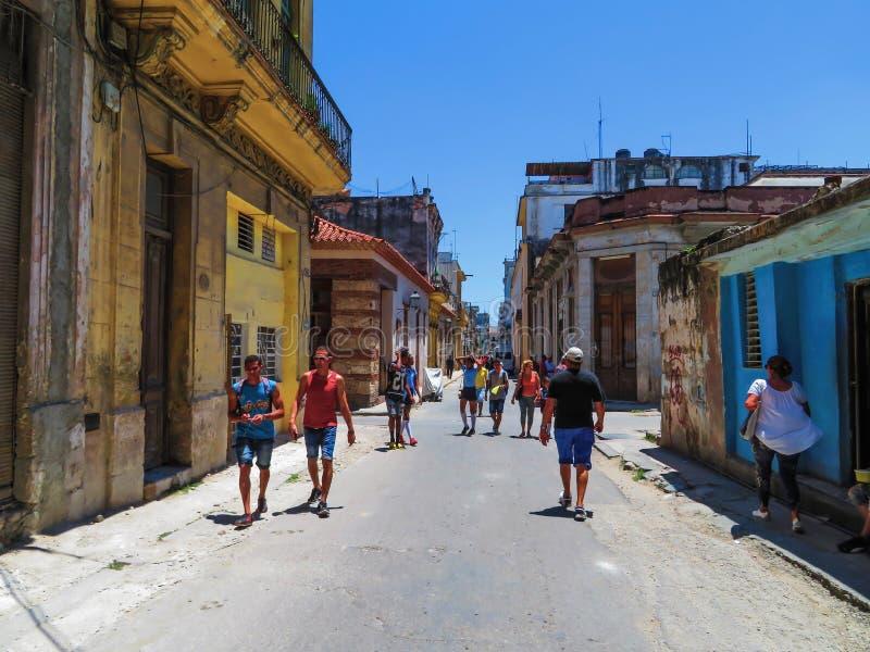 找出有地方企业的典型的哈瓦那小巷和家和主要运输 免版税库存照片
