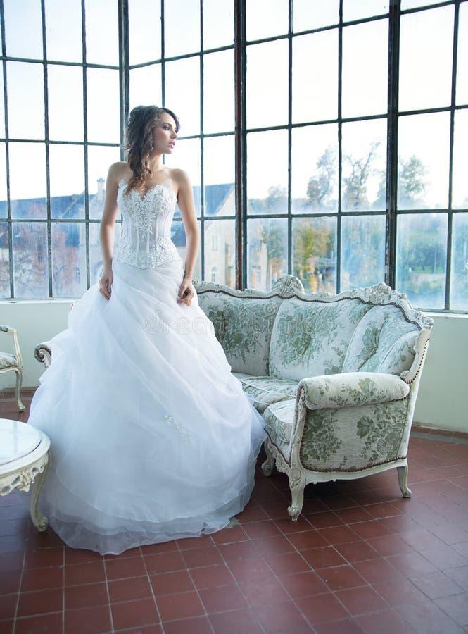 寻找在她的丈夫以后的令人愉快的少妇 免版税图库摄影