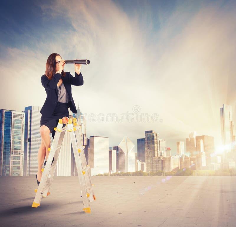 寻找新的目标的女实业家 免版税库存图片