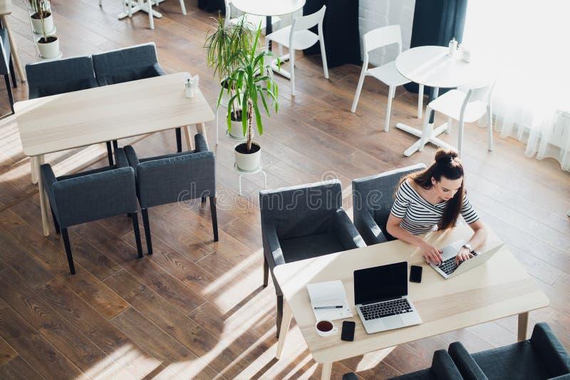 寻找方向和启发,事务运作在办公室的,与计算机的办公桌桌,供应顶视图 库存照片