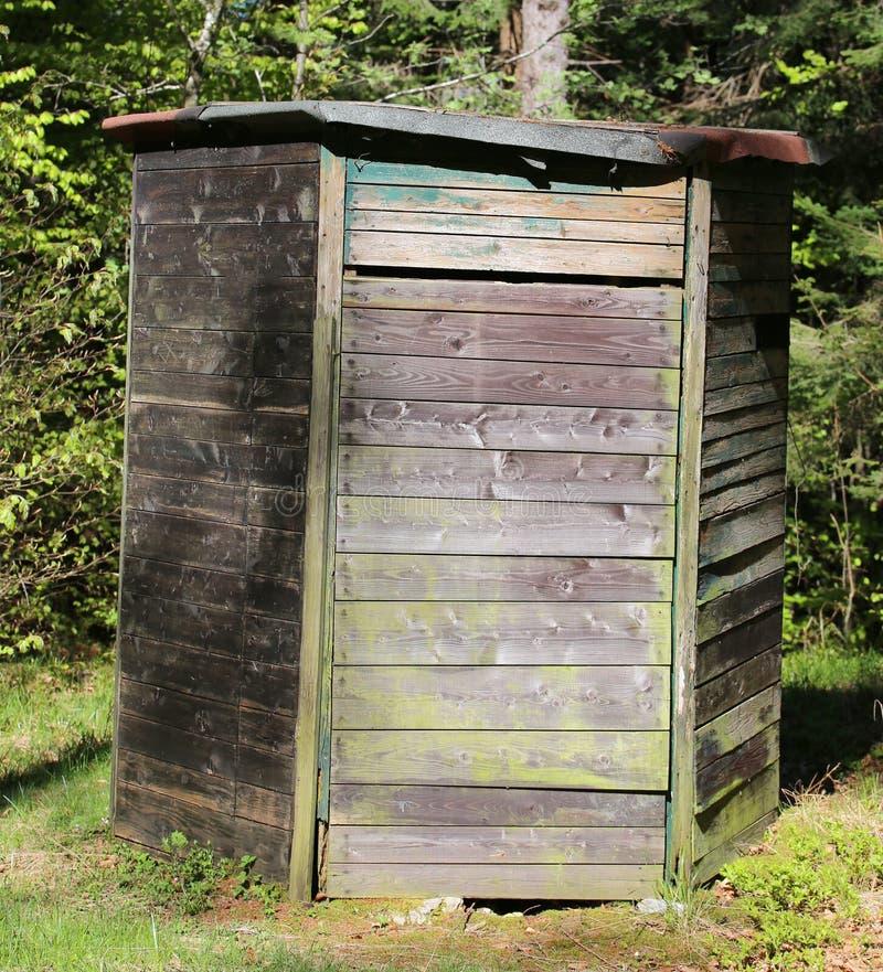 寻找的木小屋在山 免版税库存图片